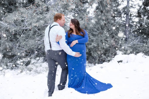 #maternityportraitsinthesnow, #maternity, #growingbytwofeet
